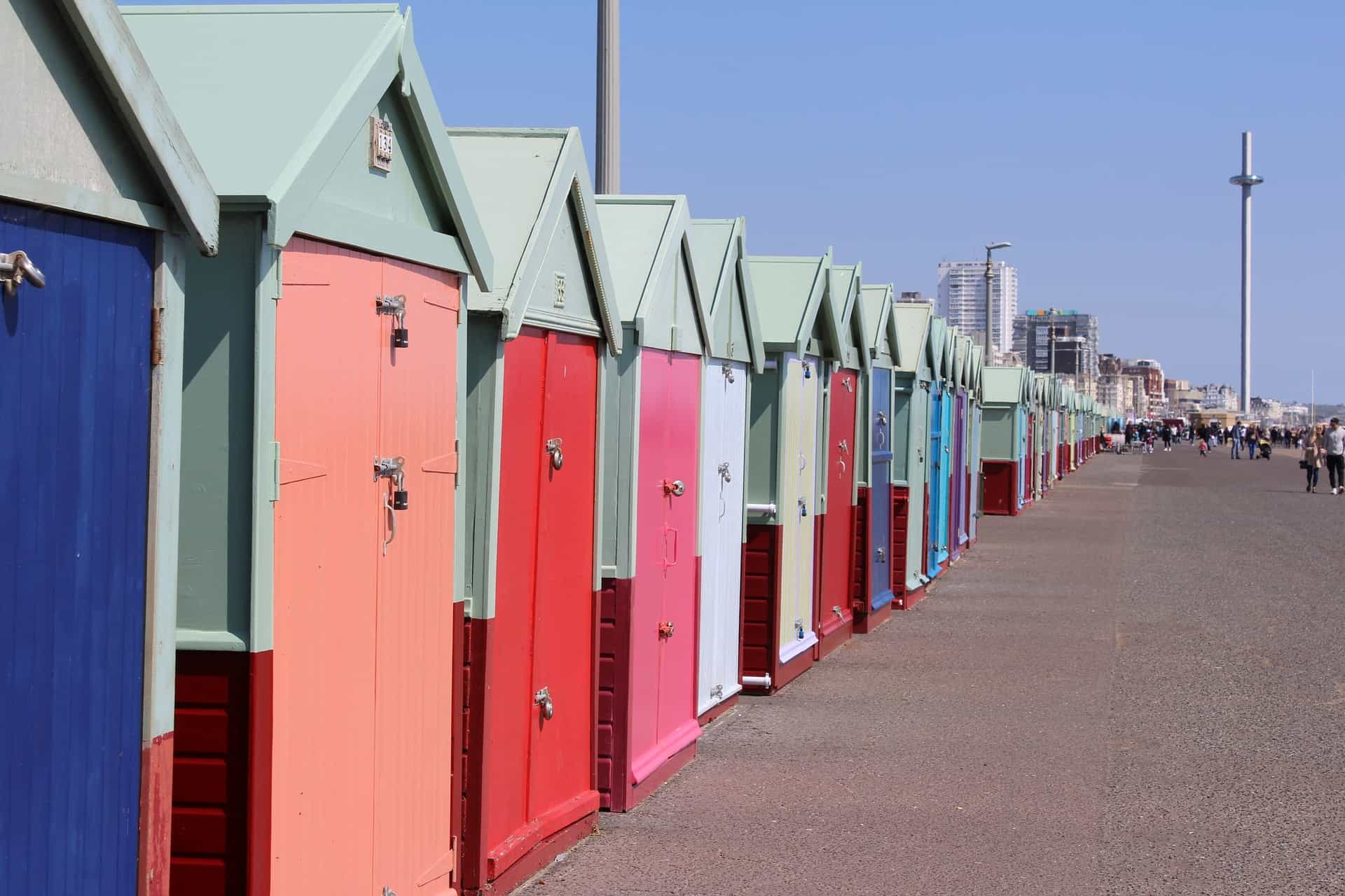 أكواخ الشاطئ الجميلة متعددة الألوان في برايتون